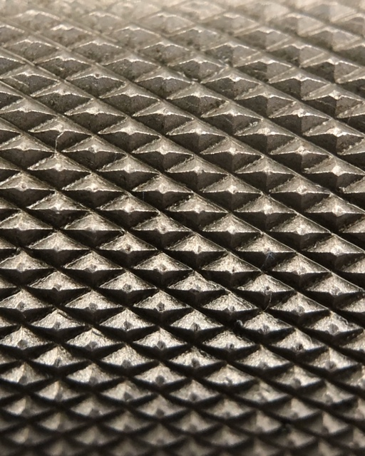 macro shot of the knurling on the new deep knurl power bar from Rep Fitness